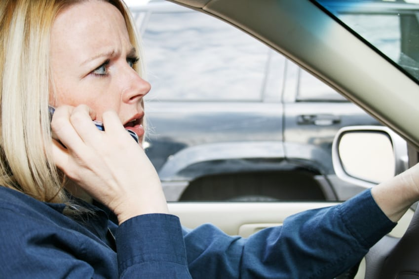 woman-with-long-sleves-texting-driving